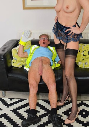 Amateur MILF Lara Latex invites the old garbage collector inside for a drill