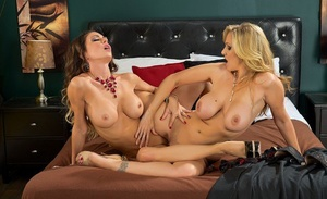 Lezzie sex industry stars Jessica Jaymes and Julia Ann scissor fuck after twat tonguing