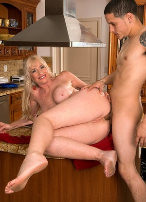 Hot older lady Summeran Winters bangs the delivery boy in her kitchen