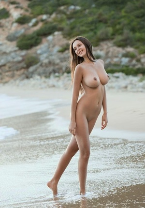 Sender perfect dark-haired Alisa I naked at the beach stretching her long gams