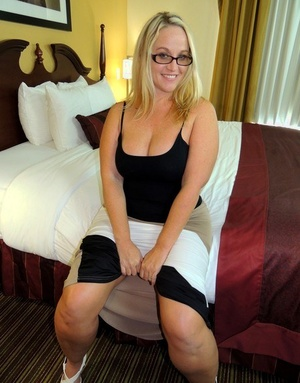 Glasses wearing female Dee Siren bares her big arse before sucking cock