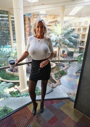 Big boobed Wifey got facialed after wanking at the office