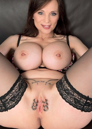Cougar with big tits surprises us with six big rings in twat lips