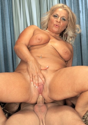 Older woman takes it up her tight asshole from her younger lover