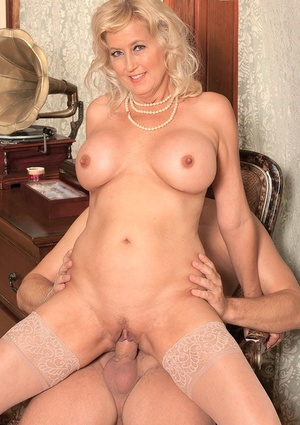 Divorced mature with hot mounds loves ass fucking sex even with a stranger