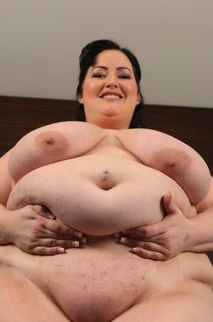 Obese female Eliza Allure unleashes her H cup boobs prior to masturbating
