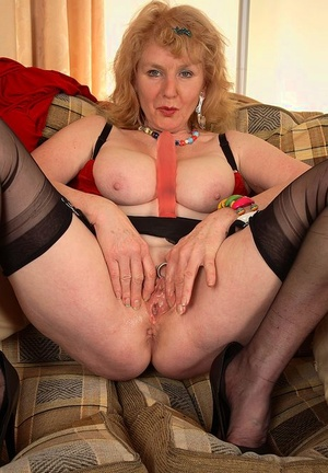 Sexy mature UK lady Pearl fake penises her fuckbox with nylon clad legs spreads