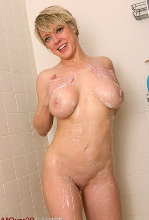 30 plus MILF Dee Williams wets her excellent tits and meaty labia lips in shower