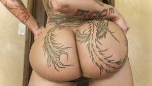 Big booty babe Bella Bellz shoves her big bum close up to camera