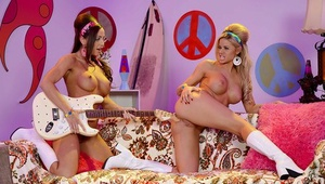 Retro lesbians Abigail Mac and Jessa Rhodes lick caboose and beavers in boots