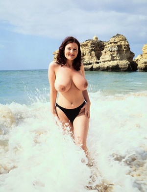 Brunette Mummy Lorna Morgan releases her nice melons from bikini on a beach