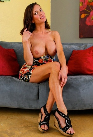 Busty wife Veronica Avluv liquidates her panties and massages her vagina
