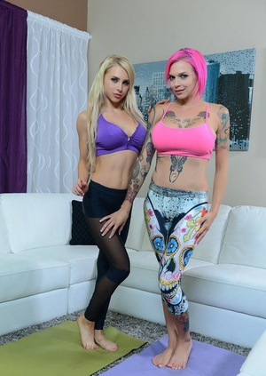 Tattooed sapphic Alix Lynx in yoga pants spreading vagina for pussy licking